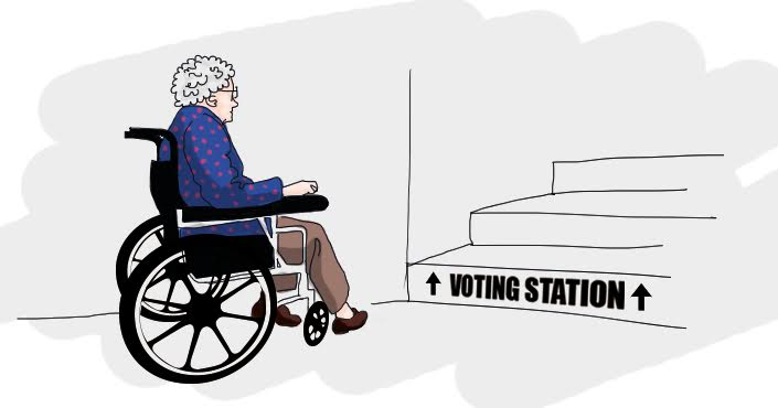 Rateliuose sėdinti moteris priešais laiptus į rinkimų apylinkę