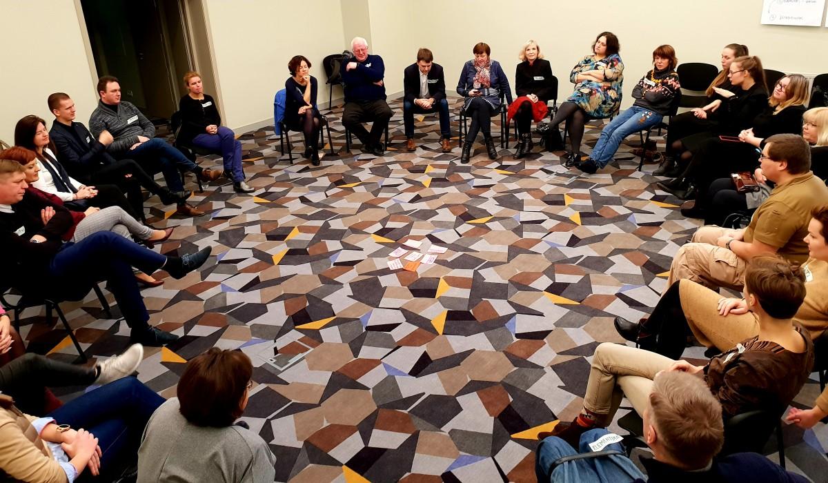 LNF organizacijų atstovai sėdi ratu